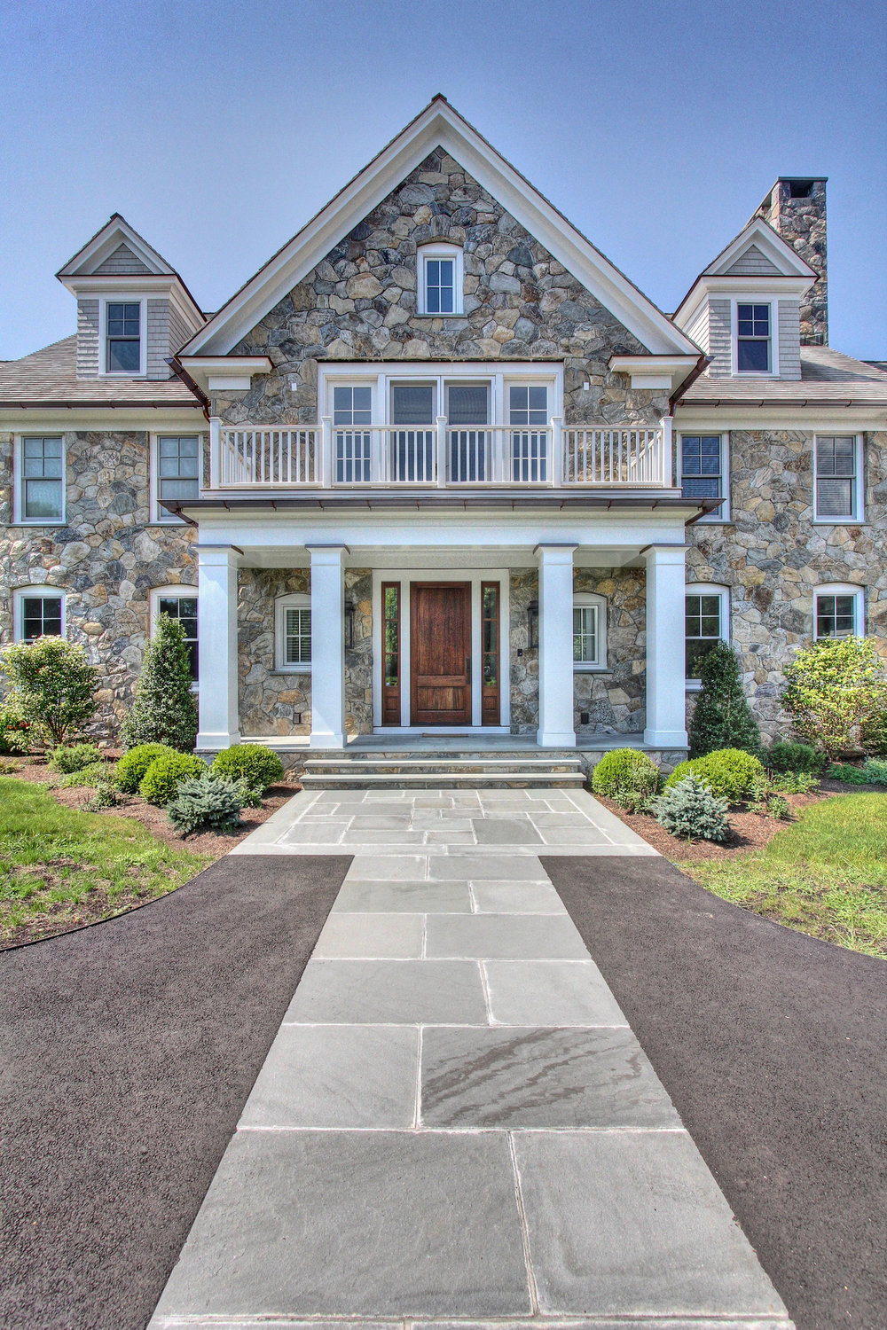 MATERIALS USED: CT FIELDSTONE VENEER; THERMAL BLUESTONE WALKWAY PHOTO CREDIT: TALLMAN SEGERSON BUILDERS