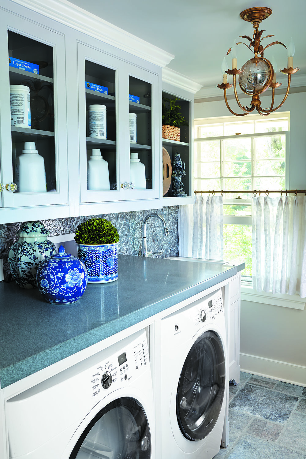 MATERIALS USED: POLISHED BLUESTONE COUNTER, SILVER TRAVERTINE FLOORING PHOTO CREDIT: CTC&G/KEITH SCOTT MORTON AND ERIC RICHARDS
