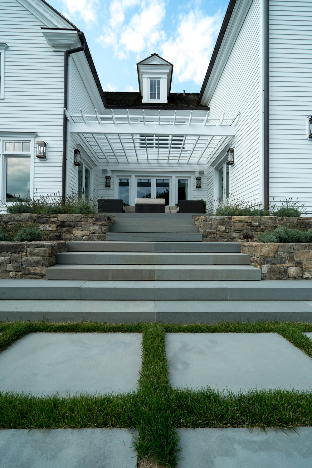 MATERIALS USED: THERMAL BLUESTONE STEPS, BROOKLINE THINSTONE WALLS