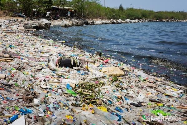 Plastic Waste on Manila Bay Beach, 3 May, 2017. © Daniel Müller / Greenpeace