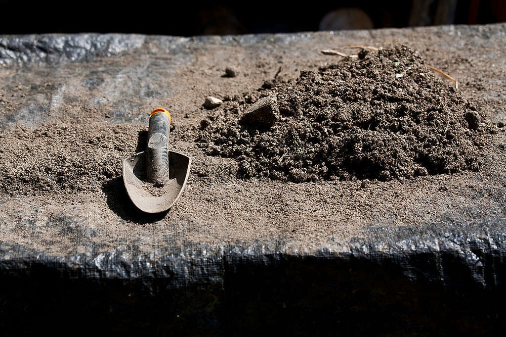 Soil and a trowel at a polyculture farm in Bulgaria © Ivan Donchev / Greenpeace
