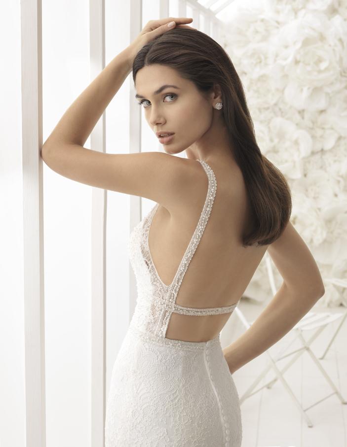 Rückenfrei - Rückenfreie Kleider gehören auch im nächsten Jahr weiterhin zu den wichtigsten Brautmode-Trends. Kein Wunder, schliesslich ist ein tiefer Rückenausschnitt immer ein wunderschöner Hingucker. Super angesagt sind dieses Jahr zudem weiterhin romantische Spitzen und aufwendige Verzierungen am Rücken. Von feiner Spitze, die wie ein Hauch von Nichts über den Rücken fliesst, über edle Knopfleisten, die auf hautfarbenem Tüll angebracht sind, bis hin zu funkelnden Strassverzierungen - die Kollektion 2018 lässt nichts zu wünschen übrig!