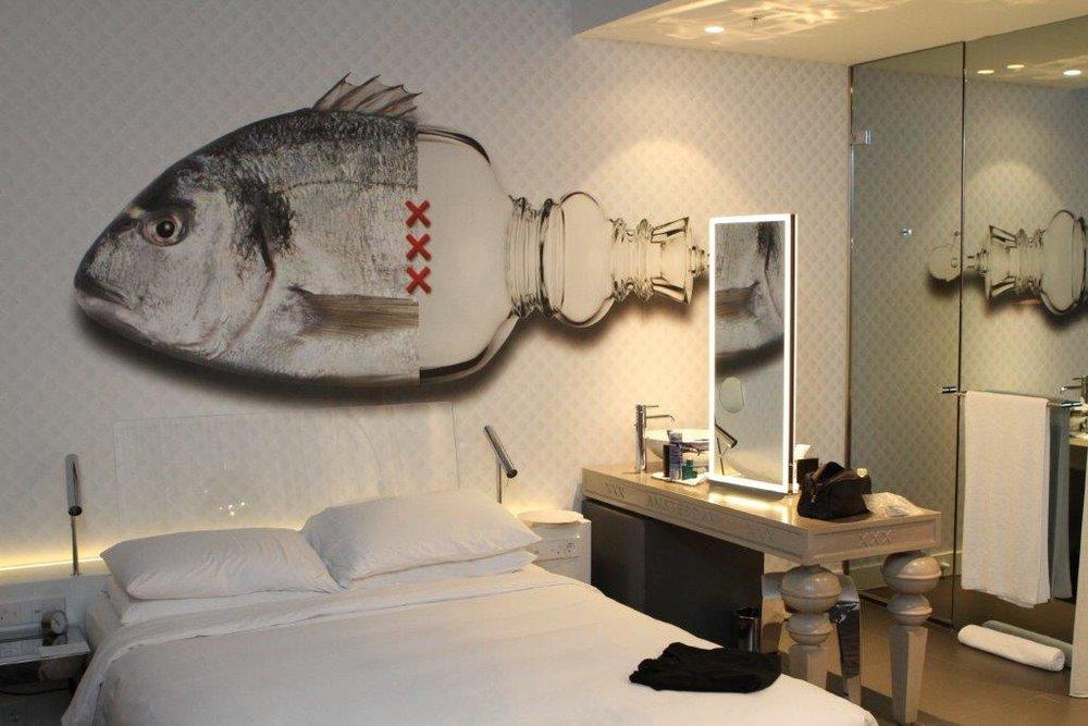 Digitaal geprint behang in het Andaz Hotel in Amsterdam. In elke kamer siert een unieke 'Connected Polarity' de wand. Een ontwerp van architect en designer Marcel Wanders.