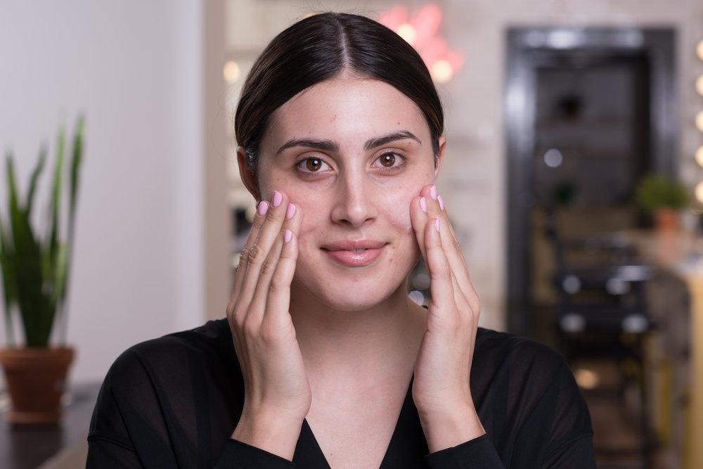 STEP 1 - Kein Make-up kann besser sein als die Haut, auf der sie aufgetragen wird. Deswegen ist eine hauttypgerechte Pflege der erste Schritt. Das Produkt muss rückstandsfrei eingearbeitet werden. Eine kleine Minuten-Gesichtsmassage ist Pflicht.Dann hat die Haut genügend Zeit, das Produkt aufzunehmen.