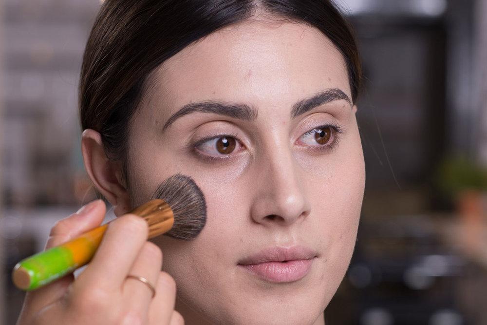 STEP 3 - Jetzt wird die Foundation gleichmäßig auf das ganze Gesicht aufgetragen und mit der Haut verblendet. Mit leichtem Druck und kleinen kreisenden oder pulsierenden Bewegungen wird die Foundation unsichtbar und verbindet sich optisch mit deiner Haut.