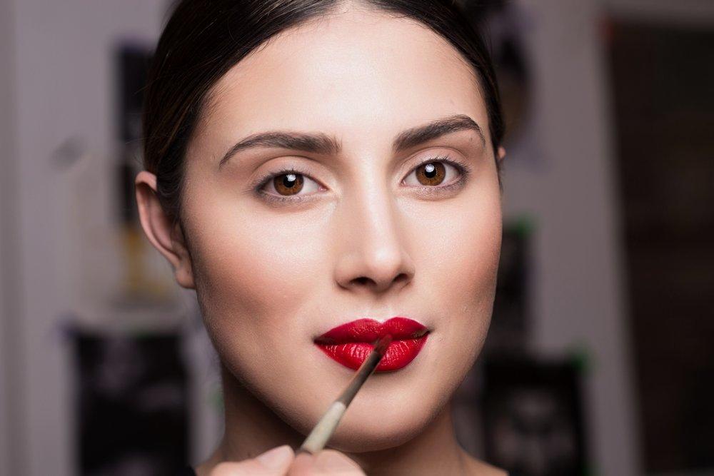 STEP 2 - Den Lippenstift auf die Lippen auftragen und mit einem Lippenpinsel bis in die Konturen ausmalen. Hier kommt es auf Präzision an. Wenn der Farbton zu stark glänzt,einfach noch mal die Lippen in einem Taschentuch abküssen.