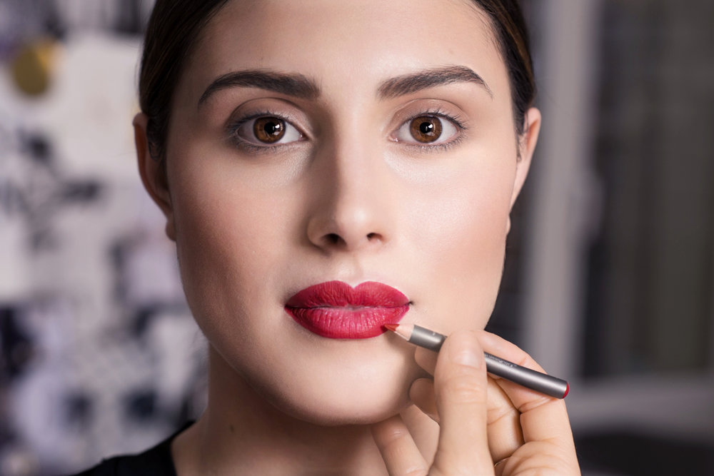 STEP 1 - Die Lippen komplett mit einem Lipliner ausmalen – nicht nur die Kontur! Der Lipliner macht den Lippenstift durch seine matte Textur sehr lange haltbar und die Farbe wirkt noch intensiver. Wichtig ist, dass du keinen Lipbalm vorher aufträgst, sonst schmiert der Lipliner zu sehr.