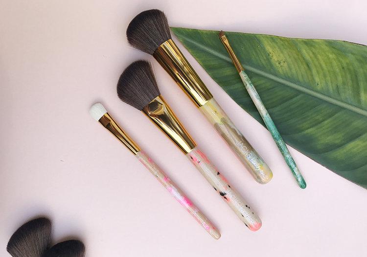 JACKS BEAUTY LINEmeine make-up pinsel - Die Idee, eine eigene Pinsellinie zu entwerfen, kam Miriam Jacks schon 2009, während der Gründung ihres Beauty Concept Stores in Berlin. Seit rund 14 Jahren ist sie als Make-up Artist in der Beauty Welt unterwegs.LOS GEHT'S