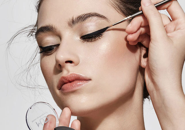 """STEP BY STEP eyeliner richtig auftragen - Seit Jahrhunderten wird Eyeliner verwendet, um die Aufmerksamkeit auf die Augen zu lenken und ihren Ausdruck zu verändern. Lerne in diesen """"Step by Step""""-Anleitungen, wie du es richtig machst!LOS GEHT'S"""
