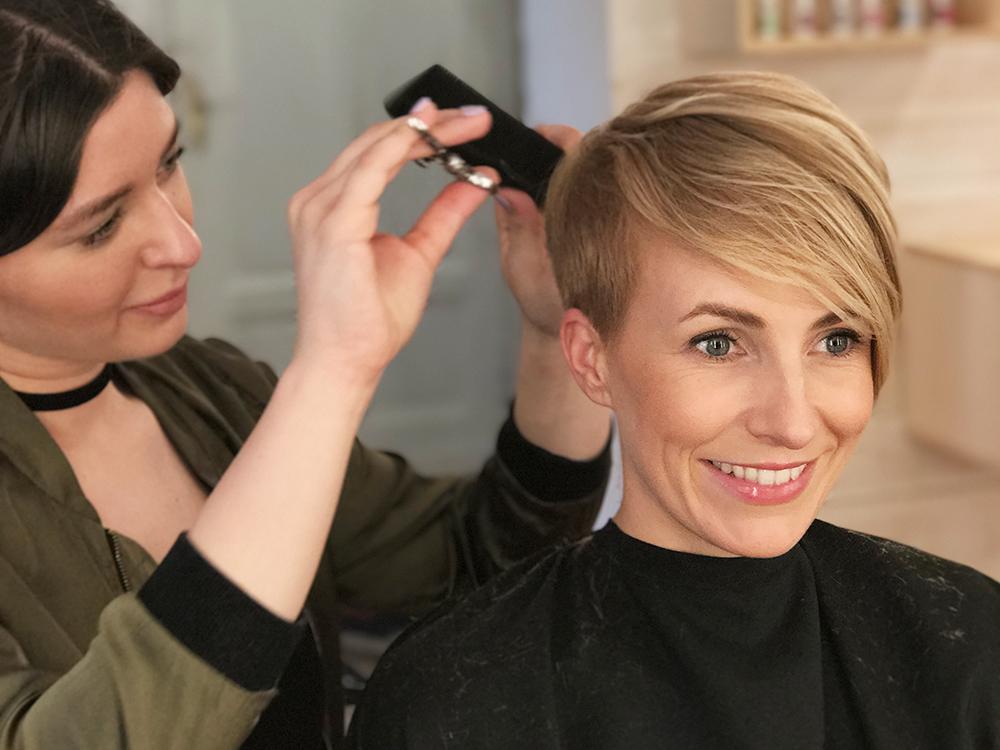 HAIRSTYLINGgetting my hair cut - Eigentlich wollte ich dir nur meine Friseurin Katharina Scheralie vorstellen und euch meinen neuen Haarschnitt zeigen. Aber wie es bei uns Frauen immer so ist, haben wir gequatscht und gequatscht –und plötzlich ist es eine ganze Zeitreise durch meine Frisuren der letzten Jahren geworden!LOS GEHT'S