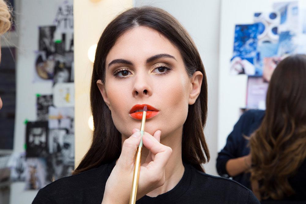 STEP 7 - Zum Schluss betone ich die Lippen in einem kräftigen Rot-Orange. Ich trage die Farbe immer zuerst mit dem Lippenstift auf und nehme dann noch mal meinen Lippenpinsel #15,um die Kontur zu perfektionieren.