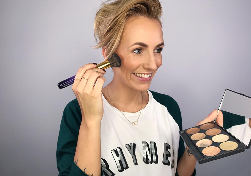 TUTORIALprofi make-up palette - In diesem Tutorial zeige ich dir, wie ich mit bis zu acht Make-up-Tönen mein Gesicht schminke! Von der Grundierung bis hin zum Puder zeige ich Step by Step, wie es der Profi macht. Und die Palette kannst du hier auch gleich shoppen!LOS GEHT'S
