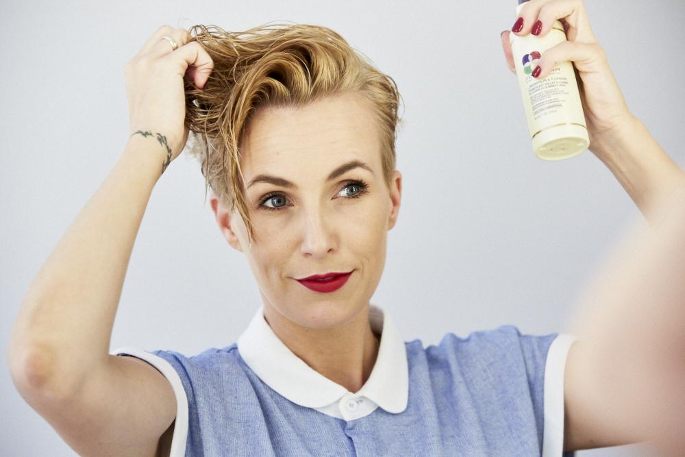STEP 1 - Nach dem Haarewaschen benutze ich immer einen Leave-In Conditioner, da meine Haare gebändigt werden müssen. Aktuell benutze ich den Miracle Treatment Filler von Pureology. Er ist perfekt - speziell für gefärbtes Haar.