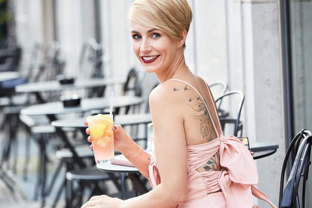 Miriam Jacks mit Afterwork Drink in der Amano Bar in Berlin. Sie trägt den Color Richte Charity Lippenstift 430 von L' Oréal Paris. Das Kleid hat sie bei  April First  geshoppt.