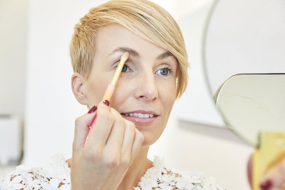 STEP 1 - Das Auge zunächst mit einem hellen Lidschatten bis unter die Augenbrauen grundieren. Dafür benutze ich die Make-up Designory Lidschatten Palette und den JACKS beauty line Pinsel #16.