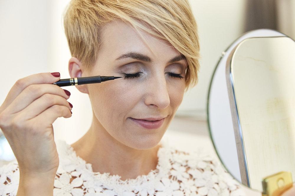 STEP 5 - Dann noch eine dünne Eyeliner-Linie ziehen, diese lässt die Wimpern dichter aussehen und das Auge bekommt noch eine schöneren Ausdruck. Wenn etwas schief geht nicht mit Feuchtigkeit entfernen, das hinterlässt nur Flecken. Nur ein trockenen Q-Tipp benutzen.