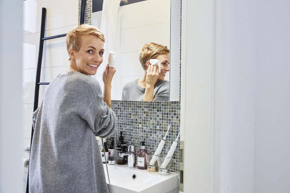 STEP 2 - Mit der flauschigen Seite des Tuchs gehe ich über das gesamte Gesicht und massiere es ca. 30 Sekunden sanft bis das ganze Make-up entfernt ist. Dabei benutze ich die gesamte Fläche des Tuchs.