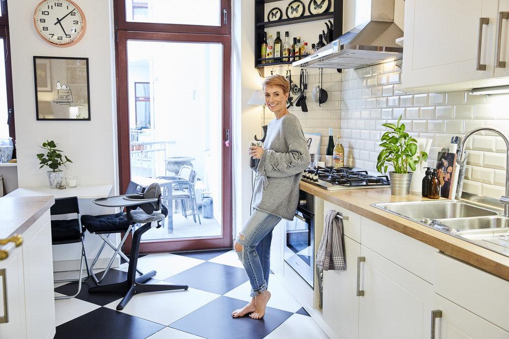 Miriam Jacks in ihrer Küche in Berlin. Pulli See by Chloé über    Ofelia Berlin , Hose Levi´s