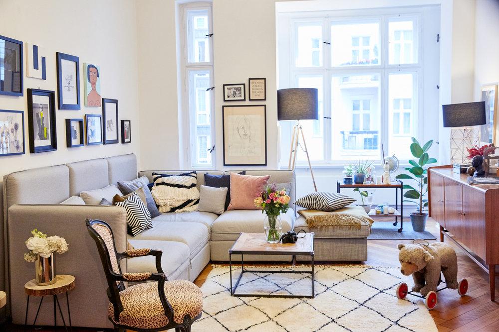 Couch Vallentuna von Ikea, Kissen über Westwing Now, Teppich Sukhi, Lampen TKMexx, Couchtisch Rahaus