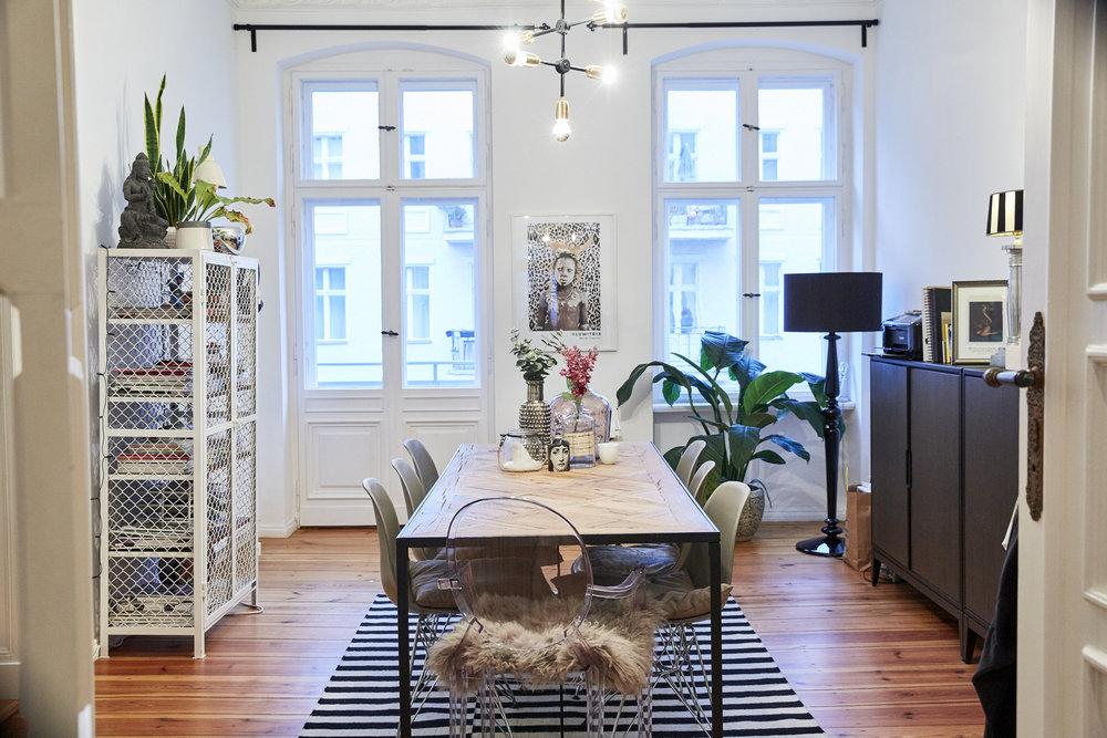 Unser Esszimmer direkt gegenüber von der Küche mit einem kleinen Französischen Balkon zur Straße hin. Tisch und Stühle von Rahaus, Teppich und Sideboard von IKEA, Gitterregal von Noodles, Noodles & Noodles, Bild über Lumitrix
