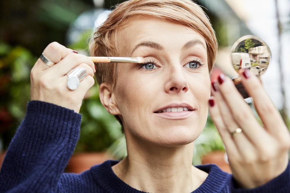 STEP 4 - Als Grundton für mein Augen Make-up benutze ich den metallisch schimmernden Lidschatten von Nude by Nature