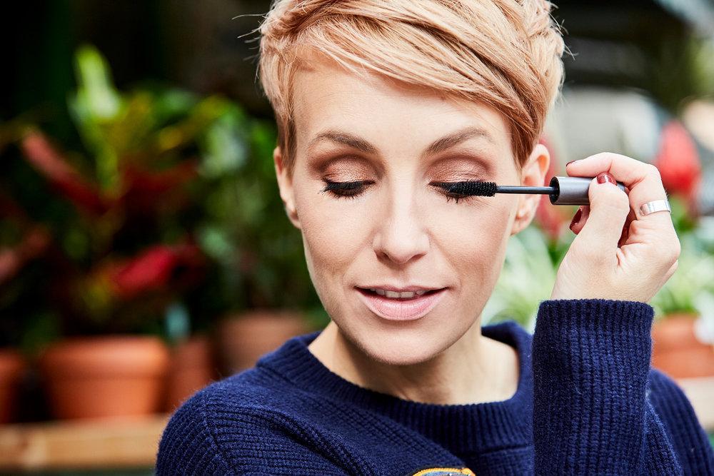 STEP 7 - Wie immer rundet die Mascara am Ende den Look perfekt ab. Gerade wenn es draußen etwas frischer wird, tränen meine Augen immer schnell, daher benutze ich hier die wasserfeste Mascara von Make-up Designory.