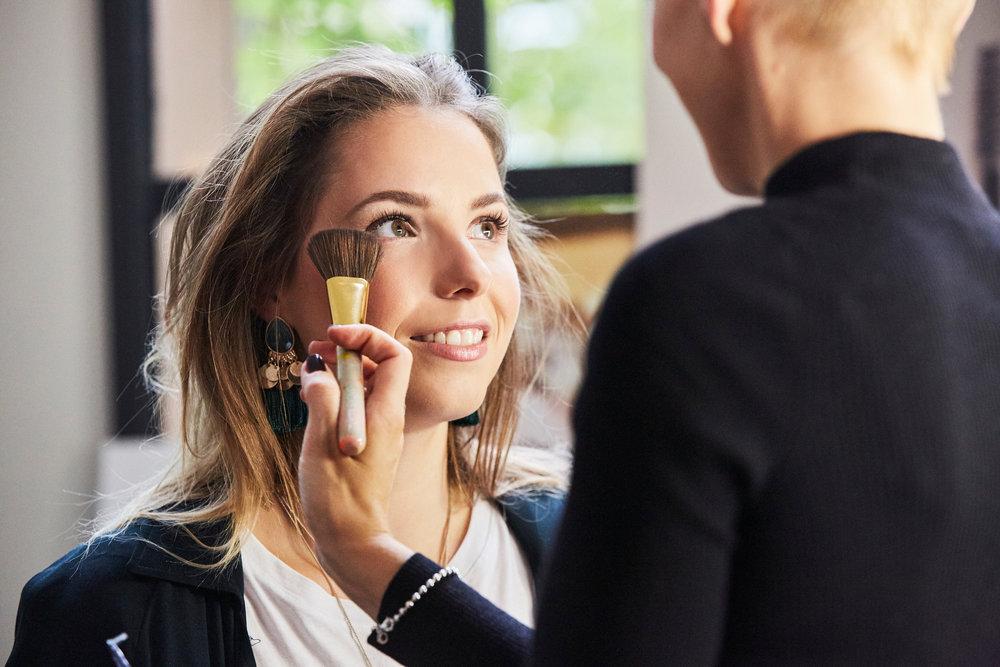 STEP 1 - Nadine hat super schöne Haut! Ich habe für sie das Perfect Match Make-up benutzt und ein leichtes Transparentpuder darüber aufgetragen mit dem JACKS beauty line Pinsel #14. Wichtig ist es, die Haut rings um die Augen herum abzupudern, damit es nicht schmiert wenn Lidschatten beim Auftragen runterbröselt.
