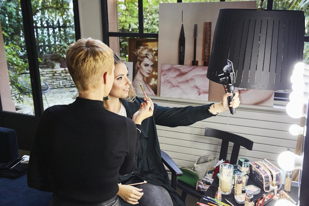 Nadine begutachtet zufrieden ihr Make-up und filmt die Steps für ihren Blog. Es hat so viel Spaß gemacht, dich zu schminken!