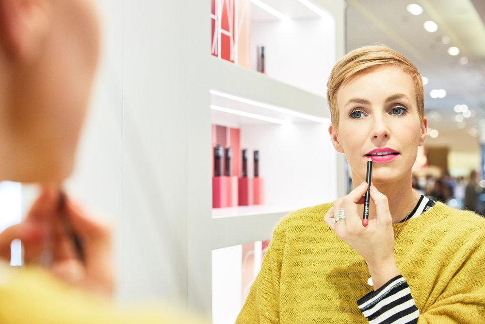 STEP 1 - Bevor du den Lipliner aufträgst, umrande die Lippen mit einem Concealer und puder ihn leicht ab. Wichtig ist, dass du, gerade wenn du einen matten Lippenlook erzeugen möchtest, die Lippen vorher reinigst und keinen Lipbalm aufträgst!Die Kontur vollständig ausmalen, bis in die Mundwinkel, so sehen die Lippen voluminöser aus.