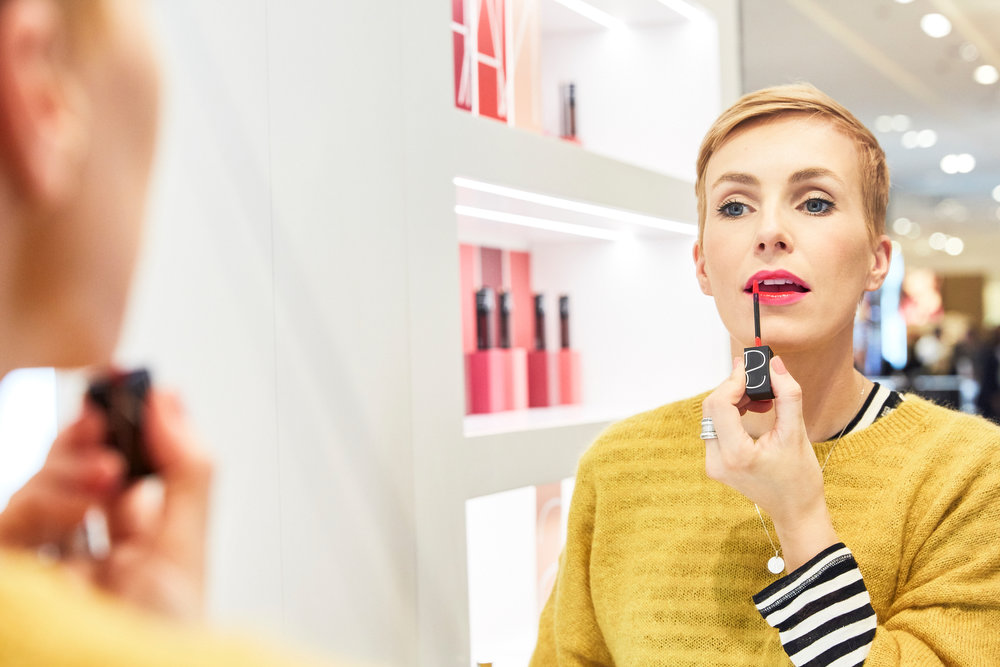 STEP 2 - Dann trage ich das NARS Powermatte Lippigment nur in der Mitte der Lippe auf und schaffe einen leichten Übergang zum Pink.