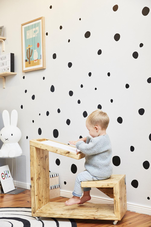 Noah tobt sich kreativ aus, an dem wunderschönen Bauholzliebe-Tisch