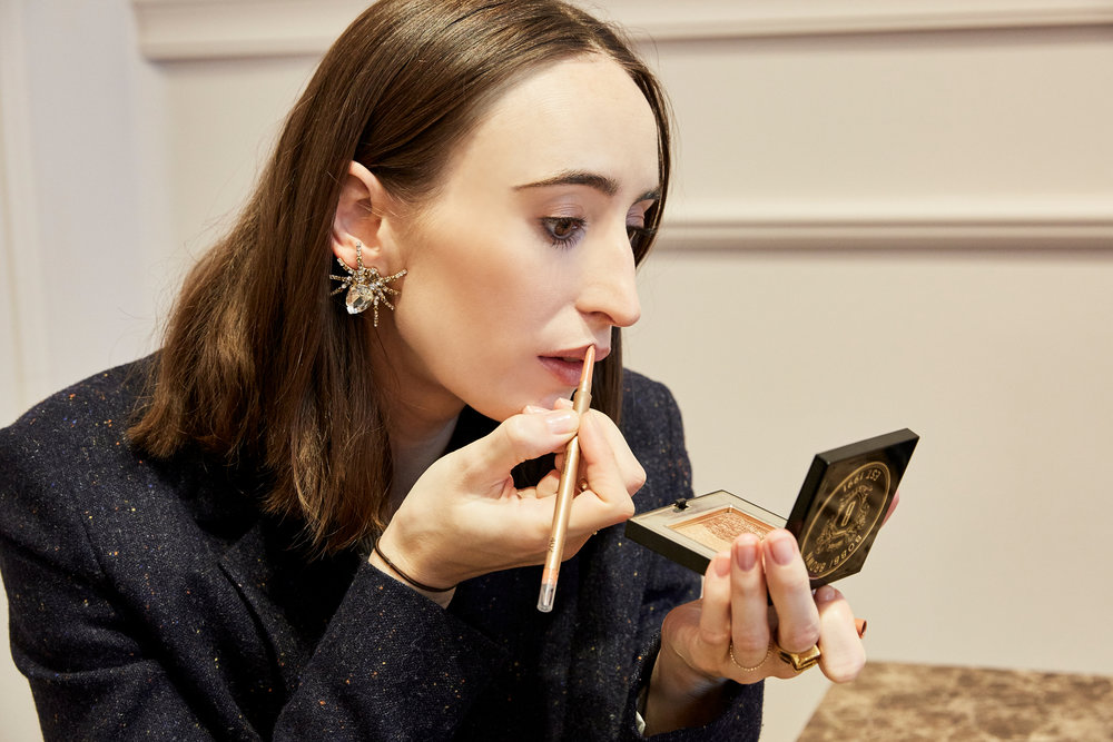 LIPPEN - Fast jede Frau, die ich kenne, hat eine Lippenstift-Lieblingsfarbe. Aktuell sind eher bräunliche Nudes bei vielen angesagt, so auch bei Carolin. Sie zieht sich die Kontur nach, damit die Lippen etwas voller aussehen und trägt darüber einen gleichfarbigen Lippenstift von TREAT Collection auf. So ein kleiner Spiegel, wie in ihrem Bobbi Brown Bronzer, ist dabei sehr hilfreich, gerade wenn man unterwegs ist.