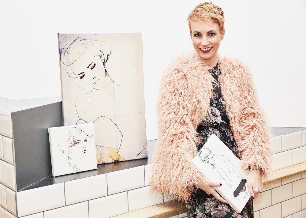 Miriam mit einer Auswahl ihrer Lieblingsbilder, die bis vor kurzen ihren schönen Beauty Concept Store JACKS beauty department schmückten.