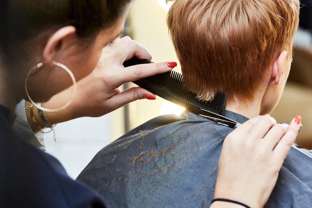 SCHNITT - Kathi schneidet Miriams Haare trocken, da Miriam sehr dicke Haare und von Natur aus Wirbeln hat, die man im trockenen Zustand besser sieht. Um also den natürlichen Fall der Haare bei dem Schnitt zu berücksichtigen, wäscht Kathi die Haare erst im Anschluss.
