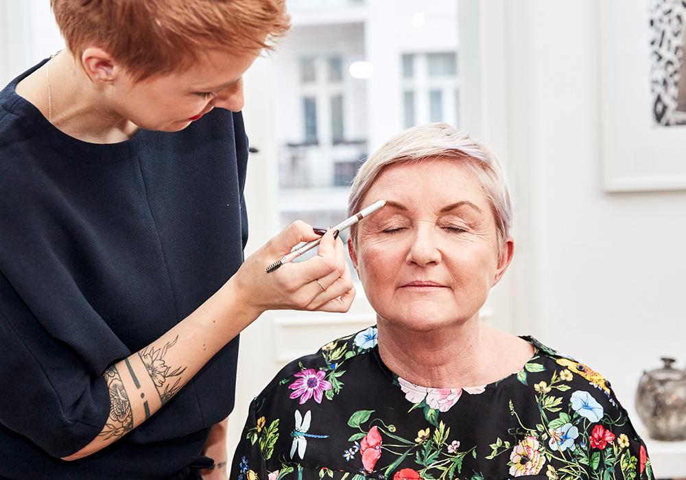 STEP 3 - Die Augenbrauen sind bekanntlich der Rahmen des Gesichtes.Um dünnere Augenbrauen natürlich aussehen zu lassen, fülle ich lediglich die Lücken partiell mit einem Augenbrauenstift auf. Sehr praktisch ist hier die Bürste, die sich am Ende des Stiftes befindet. Damit kämme ich danach noch die Härchen nach oben, um so für einen offenen Blick zu sorgen.Kleiner Tipp für Frauen mit hellen oder teils weißen Augenbrauenhaaren: Du hast die Möglichkeit,ein farbiges Augenbrauengel zu verwenden, um so die Härchen gleichmäßig einzufärben, ohne sie im Friseur färben zu müssen.