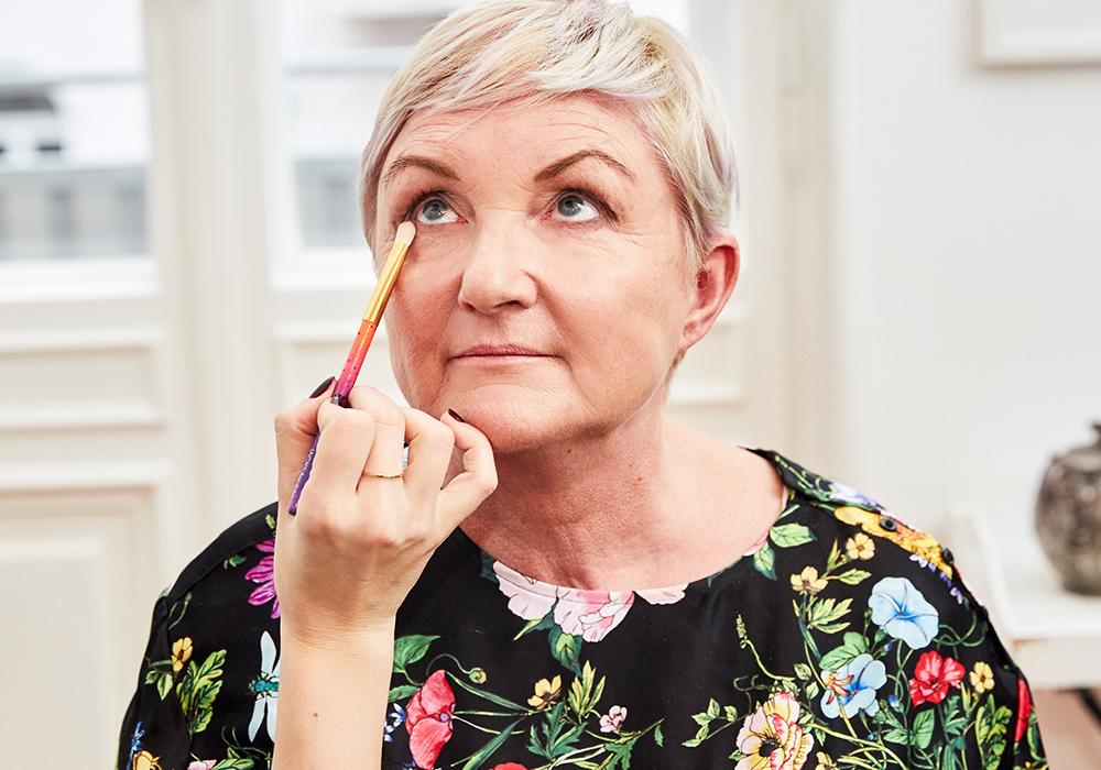STEP 5 - Die restliche Farbe, die du noch auf dem Schattierpinsel #6 hast, ist prima, um den unteren Wimpernkranz leicht zu betonen.Durch das fest gebundene Pinselhaar wird der Lidschatten akkurat aufgetragen und lässt den Wimpernkranz voller wirken.