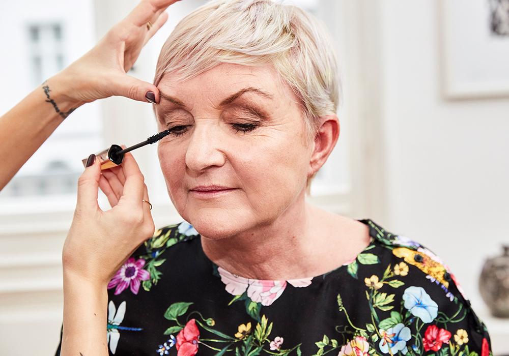 STEP 6 - Das perfekte Finish für das Augen Make-up erzielst du mit einer schwarzen Mascara. Wenn dir der Kontrast zu hart sein sollte, kannst du auch zu einer braunen Wimperntusche greifen. Konzentriere dich beim Auftragen zuerst auf den Wimpernansatz, und trage anschließend die Tusche auf die Spitzen auf.Geschwungene und gut getuschte Wimpern sind das Geheimnis für Augen mit Schlupflidern.