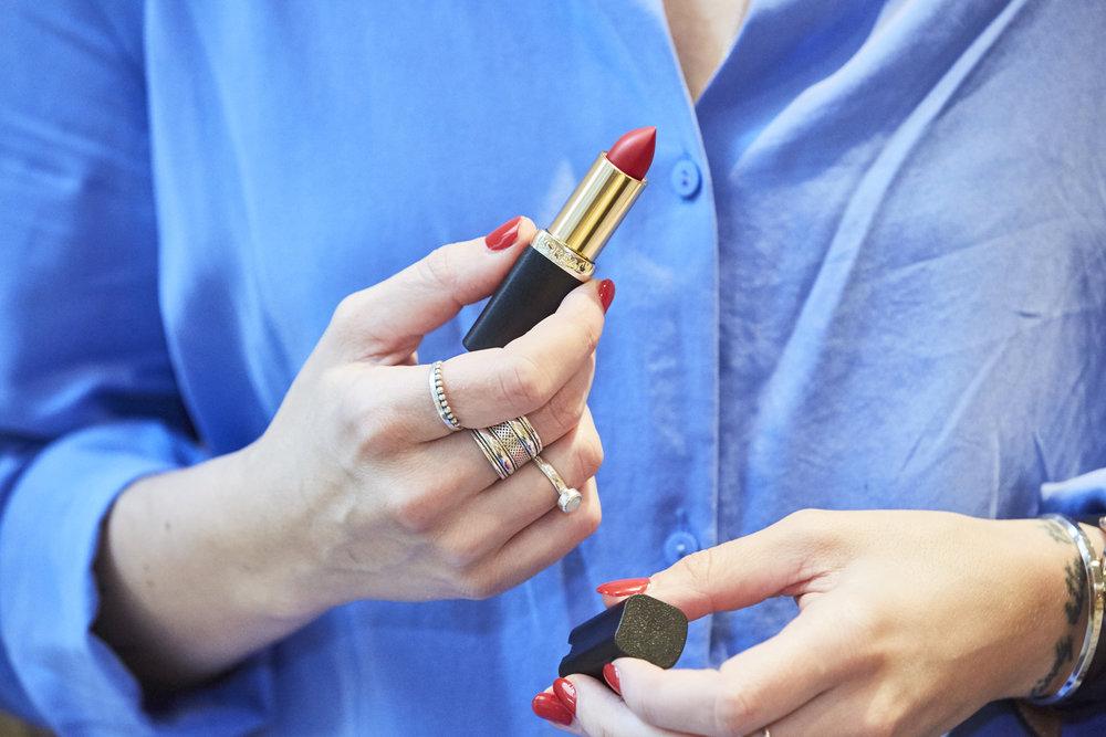 ROTE LIPPEN - Für den Abend trage ich einfach einen roten Lippenstift auf, geht am schnellsten und sieht immer super aus. Vor allem mit meinem All Time Favourite Red 347 von L'Oréal Paris.