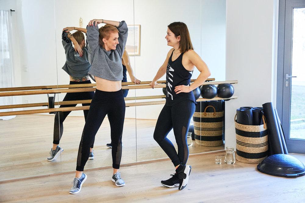 Jedes Work-out mit Kati startet natürlich mit ausgiebigen Aufwärmübungen, um die Muskel auf das Training vorzubereiten.