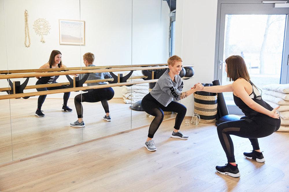 Am liebsten arbeitet Kati mit dem eigenen Körpergewicht, sie lässt sich für jede Trainingseinheit ein neues Programm einfallen. Genau diese Abwechslung liebt Miriam an Katis Trainings.