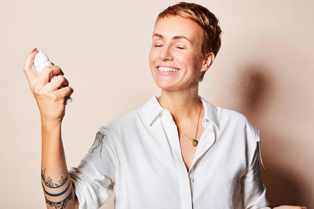 Der La Roche Posey Spray spendet dir durch sein enthaltenes Thermal Wasser tagsüber Feuchtigkeit, ohne dein Make-up zu zerstören.