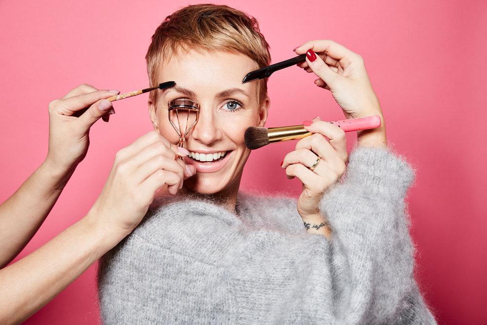 BEAUTY TOOLSwas ist was - Hier stellen wir dir die beliebtesten und raffiniertesten Beauty Tools vor. Grundsätzlich sollten Werkzeuge vor allem Hilfsmittel sein, die dir den Alltag erleichtern und dich unterstützen, schneller dein gewünschtes Ziel zu erreichen. Sei es hier in der Make-up Routine, der Gesichtspflege oder in anderen Alltagssituationen.LOS GEHT'S