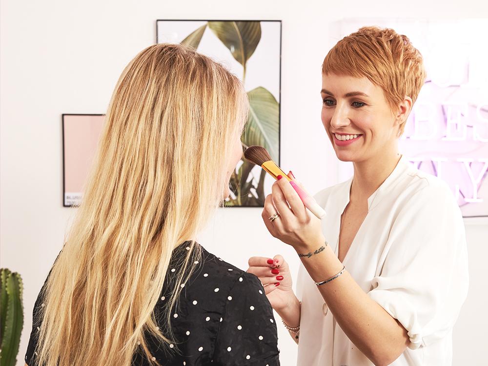 Praktische Make-up Tipps gibt es von Beauty Expertin Miriam gleich mit dazu.
