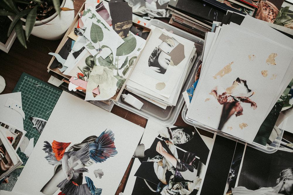 Ihr kreativer Arbeitsplatz mit einigen Projekten, an denen Egija aktuell arbeitet. Viele ihrer Arbeiten zeigt sie im Prozess auf ihrem Instagram Profil: e gija–zirapa
