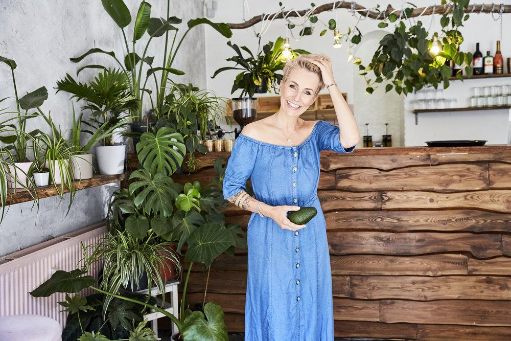 Miriam Jacks im Avocado Club Berlin. Kleid von The Kooples, Schmuck von Yakamozz