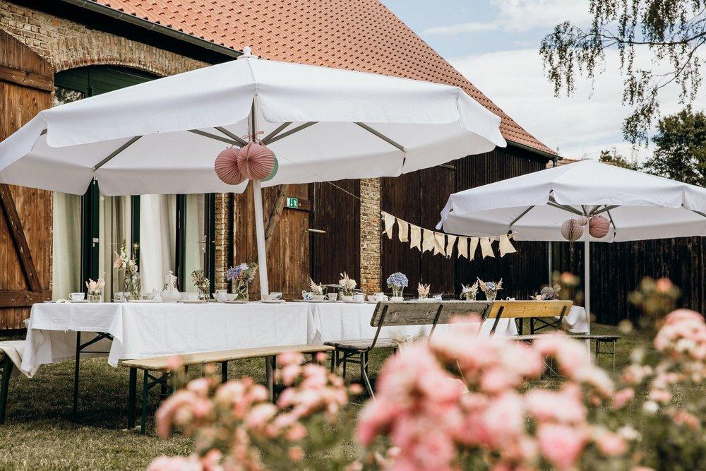 Für Kaffee und Kuchen wurden schlichte Bierzeltgarnituren genommen und mit weißen Tischdecken verkleidet.