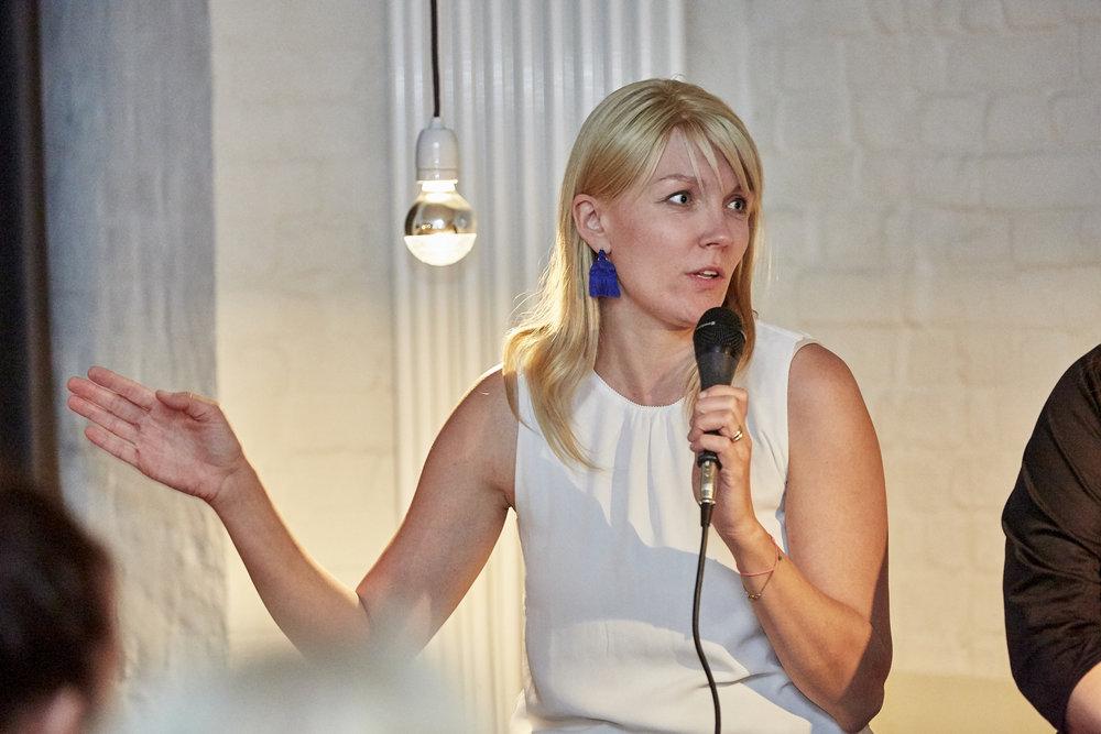 Anna Alex ruft zu mehr Frauen auf Konferenzen und Panels auf.