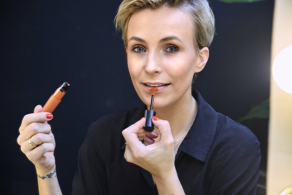 LIPPENSTIFT - WOW! Diese neuen Rouge Signature Lippenstifte sind einfach Hammer. Die Farben sind super hoch pigmentiert, aber das kennt man ja schon von L`Oréal Lippenstiften. Noch besonderer ist der Applikator. Man kann die Lippen damit perfekt ausmalen. Für einen natürlicheren Look, kannst du die Farbe mit den Fingern leicht verwischen.