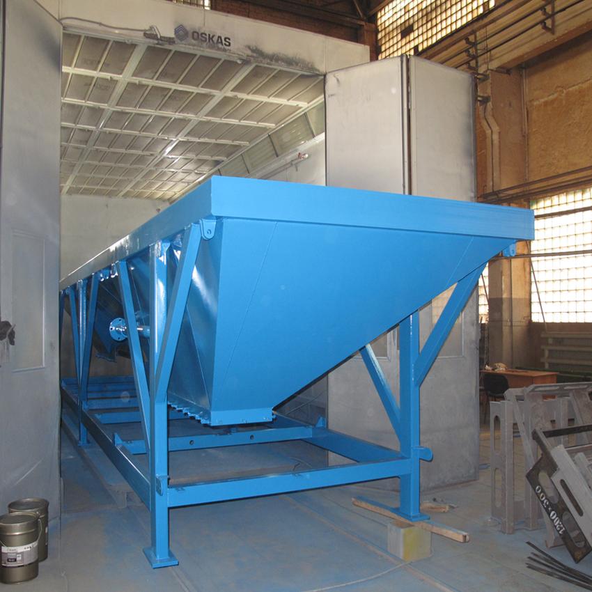 ОКРАСКА МЕТАЛЛОКОНСТРУКЦИЙ   Покраска, продувка, сушкаи охлаждениекрупногабаритных изделий (в данном случае расходные бункера заполнителей, оборудование для бетонного завода)производится в специализированнойокрасочно-сушильнойкамере OSKAS. Габариты камеры: 8000 х 4000 х 4000 мм.