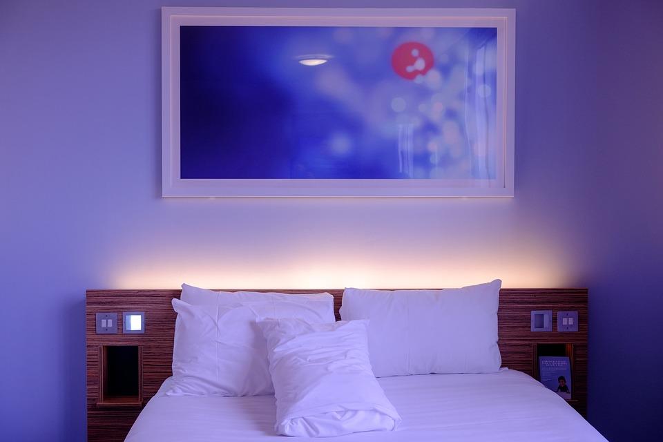 hotelvshomestay.jpg